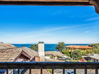 3263 Villa by the Sea ~ Ocean Front, Walk to the Aquarium & Cannery Row!