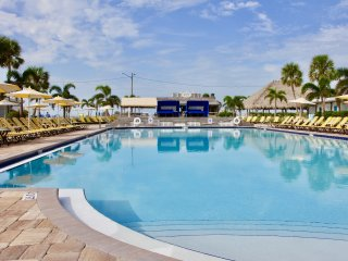 GULF FRONT BLDG, 2 CLASSIC UNITS FOR 8, PARKING, POOL, GYM, TIKI BAR, RESTAURANT