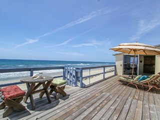 Oceanfront 2 bedroom Shangri-La on Exclusive Private Beach-Quaint and Lovely
