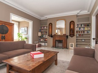 Lovely, spacious and bright with terrace, 1 min from Paseo de Gracia