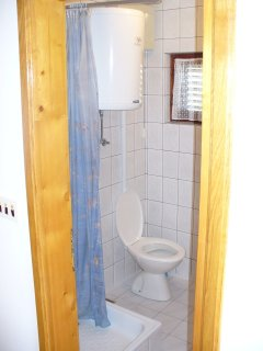 A2 Desni (2+1): bathroom with toilet