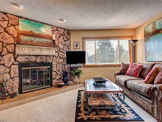2bd spacious ski-in condo a block from the gondola + walk into town!