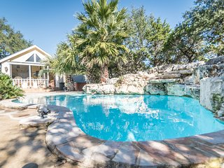 Hill Country Resort Getaway with Hot Tub and diving pool- The Cabin