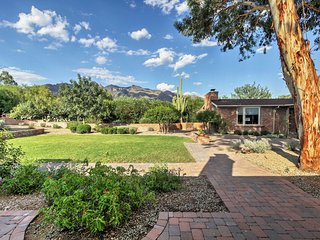 Tucson Home w/Pool, Outdoor Kitchen & Mtn Views!