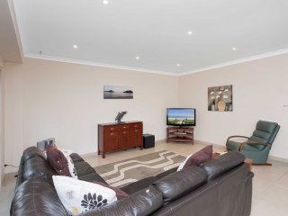'Hillcrest' 4/26 Government Road - air conditioned townhouse great location clos