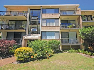 10 'Magnus Gardens' 7 Magnus Street - air conditioned & walk to town centre
