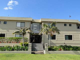 3 'Paradiso', 4 Laman Street - aircon, pool, heart of town, water views