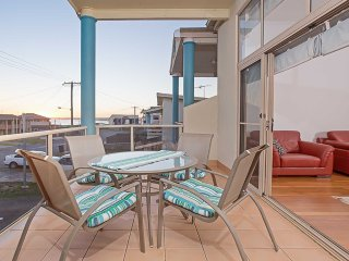 'Sunset on Birubi' 2/40 Ocean Avenue - pet friendly, air con, water views, WIFI
