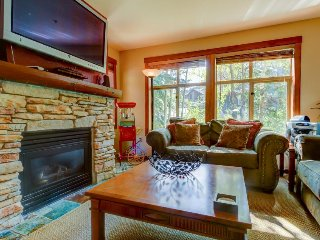 Cozy condo w/ easy slope access near dining & shared pools/hot tubs!