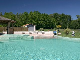 Le Domaine des Plantes - sleeps 8, private heated pool, near coast.