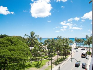 Ocean+Park Views! Studio w/Kitchenette, Lanai, WiFi+Flat Screen–Waikiki Grand