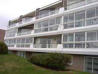 BOURNECOAST: HOLIDAY APARTMENT ON CLIFFTOP WITH SEA VIEWS AND BALCONY - FM1534