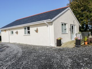 RHOSYDD COTTAGE, WIFI, Smart TV, decking with countryside views, Ref 968720