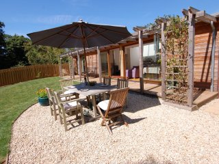 ORCHARD RETREAT, smart designer lodge ideally placed for exploring Devon and