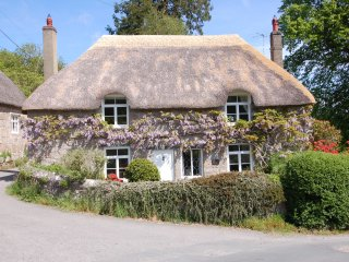 THORN COTTAGE, thatched cottage, in Chagford, Dartmoor National Park, Ref 967324