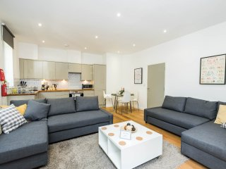 Plush 3-bed London Zone 1 Apt for 10
