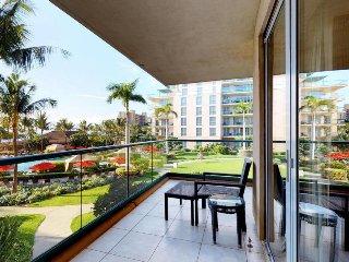 Second-floor getaway w/ ocean views, resort hot tubs/pools & beach access!