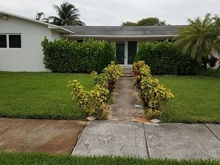 4BR House with Large Backyard at North Miami Beach