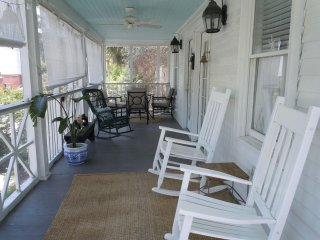 Relax in Charming Summer House Perfect Location Ocean & Island Amenities