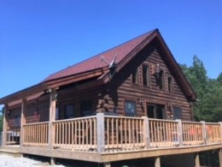 New 6 bedroom Log cabin, sleeps 18, hot tub, pond, fire ring, pool table,hiking