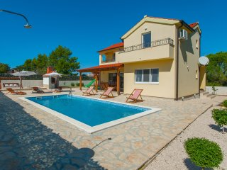 New villa Mistletoe close to the beach with private pool, barbecue