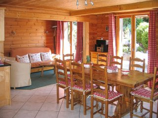 4 Bedroom Chalet Guillaume, Ski Back, Bus Stop Right Outside