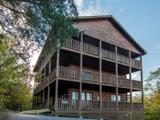 6 BR 6 bath Cabin w/ Gorgeous View, Game Room, Hot Tub, privacy W/C & pets okay