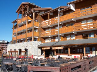 Ski in ski out, 150m to ski-lifts, warm & sunny, by shops, great views