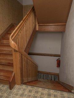 Het trappenhuis vanaf de begane grond naar de 1e verdieping