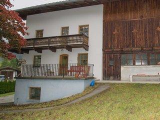 Zijkant van het huis met voordeur.