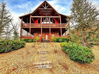 UPSCALE PRIVATE ESTATE LOG CABIN WITH SPECTACULAR VIEWS-THEATER AND HOT TUB!