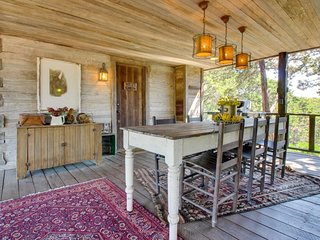 Quiet, dog-friendly cabin with an upscale rustic interior, close to downtown!