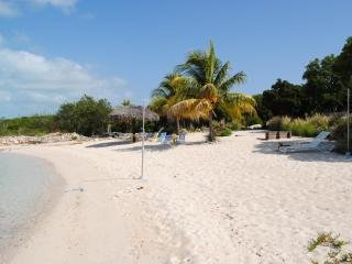Grotto Bay Beach House, holiday rental in Clarence Town