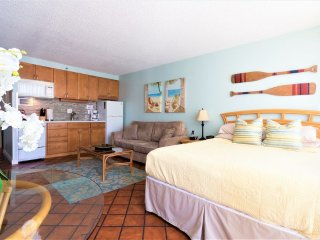 Beachcomber Studio- Full Kitchen, Free Parking. Private Lanai, Block to beach