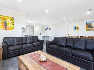 WINTERBERRY VILLA 12 - MELBOURNE Brand New, Modern 4Bdrm,Sleeps 10, 30min to CBD