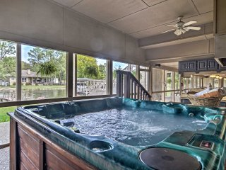 Hot Springs Home w/Hot Tub & Dock on Lake Hamilton