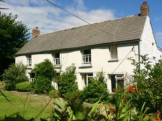 TREGITHEY FARMHOUSE, traditional farmhouse on the South Helford River, private q