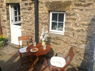 COBBLE COTTAGE, suoer king-size bed, woodburner, pet friendly, in Low Bentham