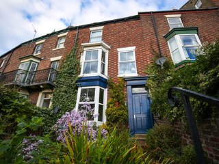 Whitby Victorian Town House; Esk River, Abbey, Steam trains and Marina views.