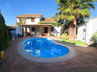Beautiful house with private swimming pool, barbacue and chimney