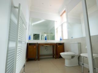 Grande, cuarto de baño abajo