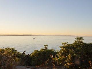 La terrasse surplombant la mer face au coucher de soleil seront magiques!