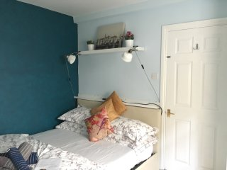 Bright and lovely town centre bedroom