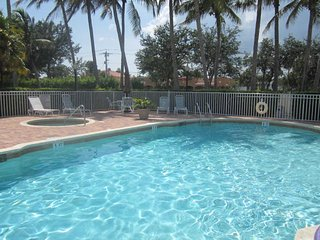 $2000 / 2br - 'LOCATION! Beautiful Furnished 2/2 with Den. 10 min to beaches!