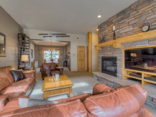 3 shuttle to ski slopes, attached heated garage, 2 balconies, hot tub/pool