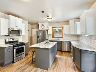 Family Friendly, FULL REMODEL, Large Groups: 7 Beds!