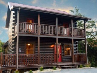 LeConte Waters Luxury Cabin - Private Indoor Pool -Hot Tub -WiFi -2 miles to Par