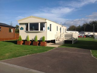 Kingfisher Caravan and hot tub at Tattershall Lakes Country Park