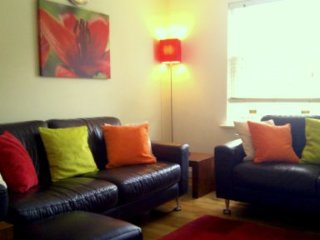 City 2 bedroom Boutique Apartment with FREE PARKING (sleeps up to 5)
