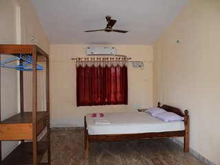 Comfortable, Homely, Near to Morjim Beach Apartment Guesthouse with Kitchen